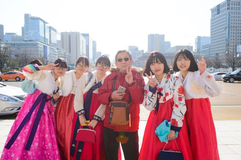 Сеул, Южная Корея - 16-ое декабря 2015: Неопознанный туристский человек с женщиной в hanbok, традиционном корейском платье стоковые фотографии rf