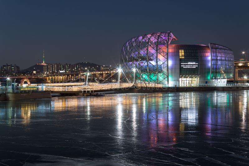 СЕУЛ, ЮЖНАЯ КОРЕЯ - 22-ОЕ ЯНВАРЯ 2018: Несколько здание Sevit и n Сеул возвышаются с отражением на замороженном реке стоковые фото