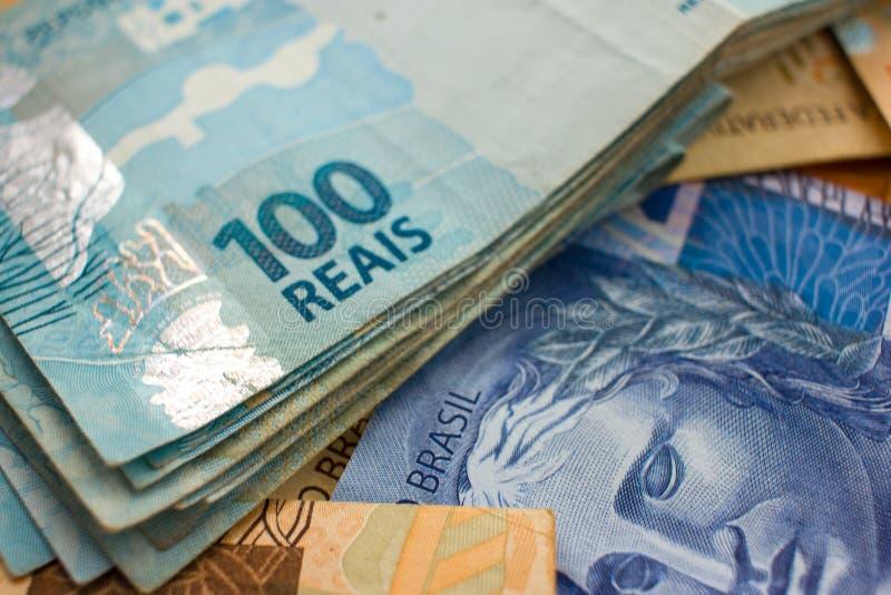 Селективный фокус на бразильских деньгах стоковые фотографии rf