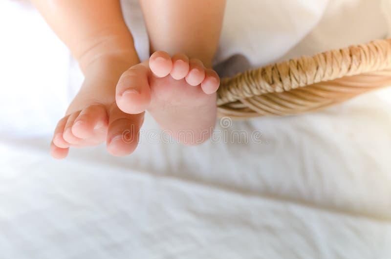 Селективный фокус buble игрушки в ноге младенца стоковое изображение