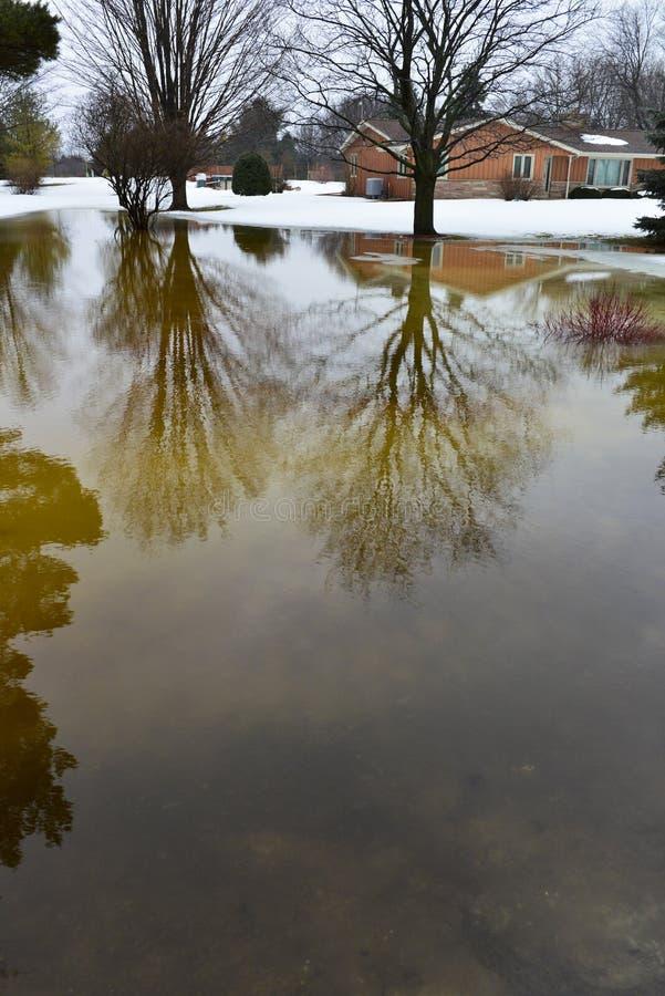 Дом, домашний Flooding от Melt снежка зимы стоковые фотографии rf