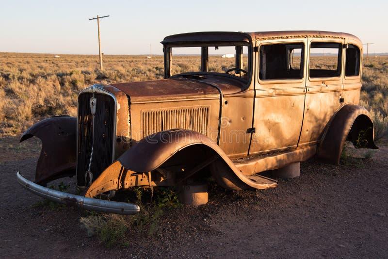 Сели на мель автомобиль в окаменелом национальном парке леса стоковые фотографии rf
