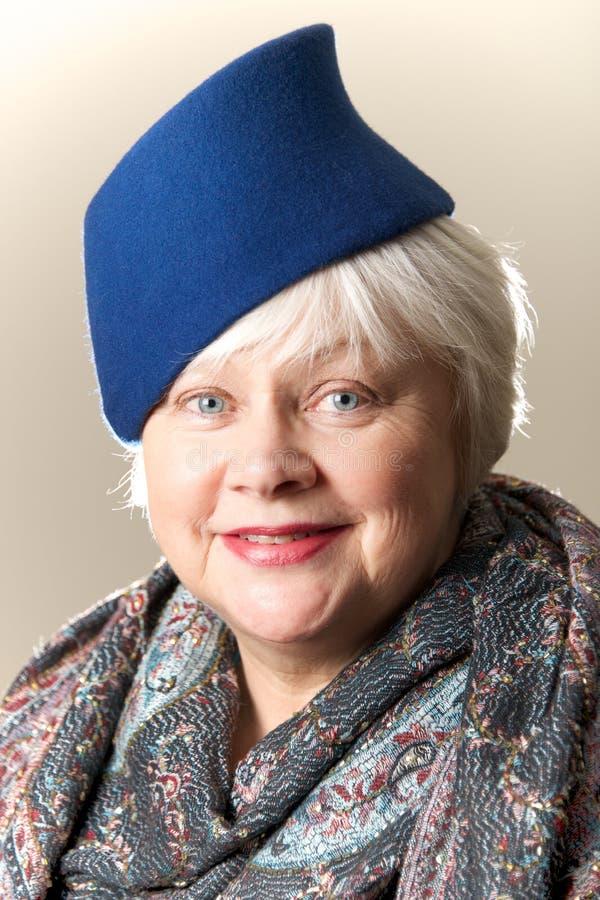 Download Седоволосая женщина в голубых шляпе и шали Стоковое Изображение - изображение насчитывающей шлем, бело: 40592101