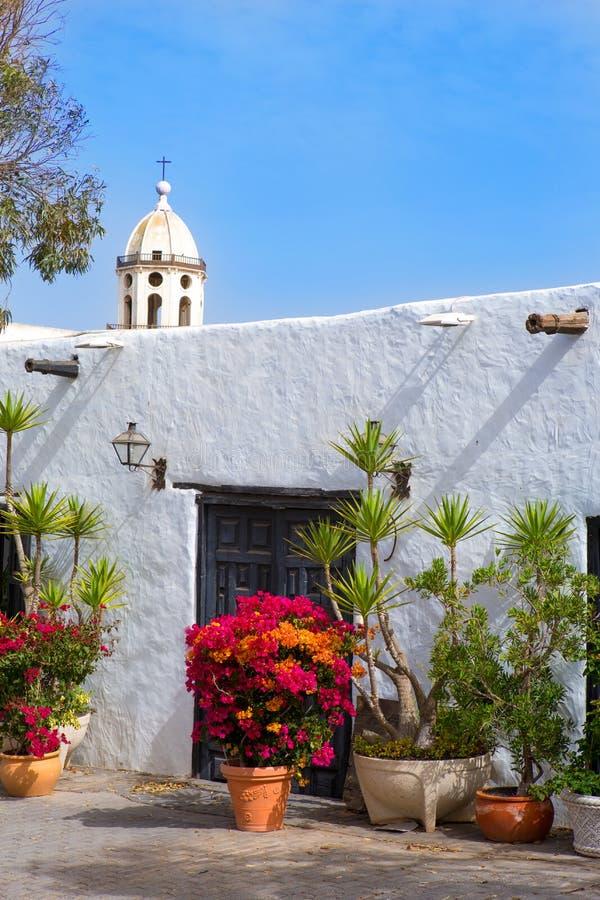 Село Лансароте Teguise белое с башней церков стоковые изображения