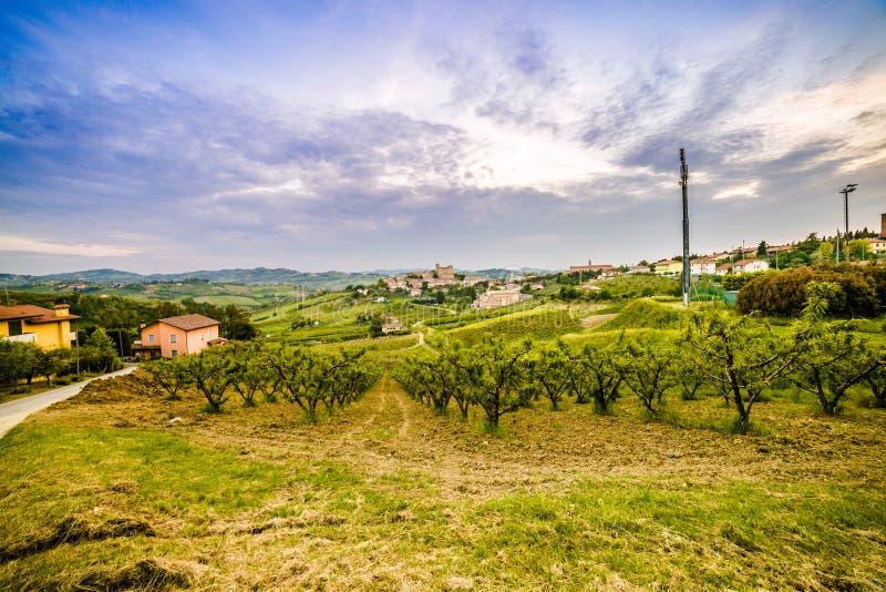 Сельская местность вокруг средневекового замка стоковое фото rf