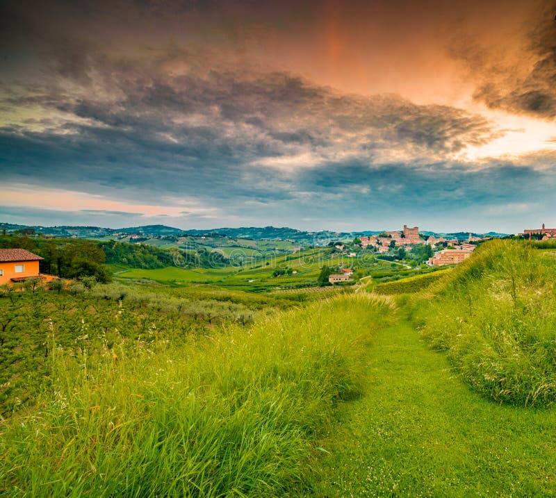Сельская местность вокруг средневекового замка стоковые фотографии rf
