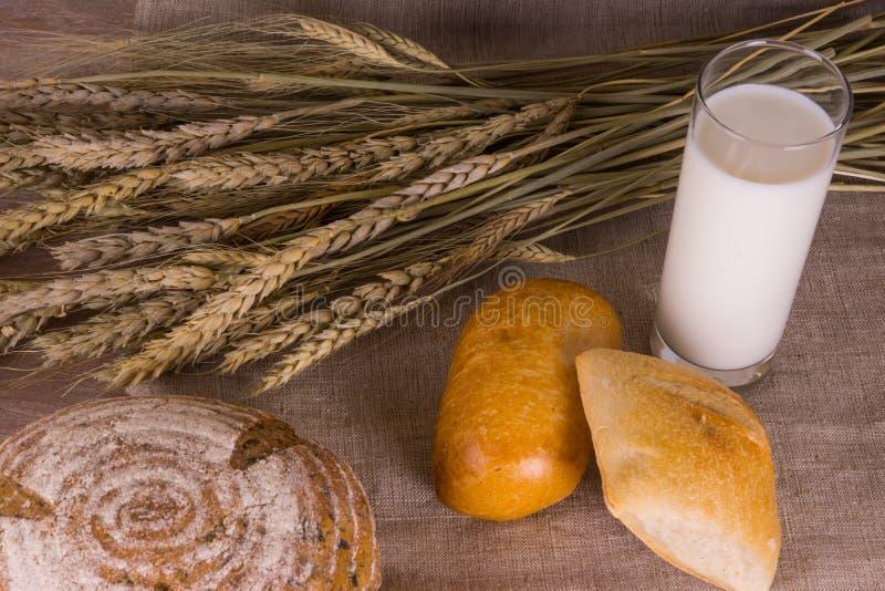 Сельская местность - хлеб с молоком стоковые фотографии rf