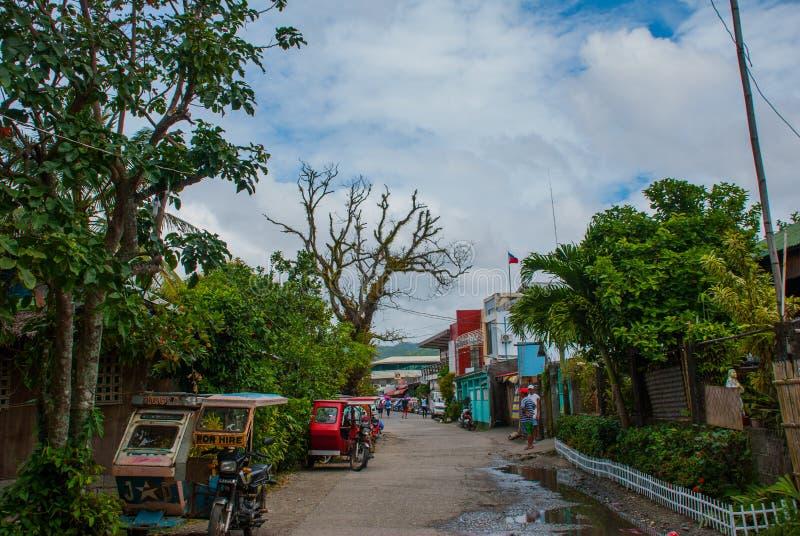 Сельская дорога с домами и переход в Филиппинах Pandan, Panay стоковое фото rf