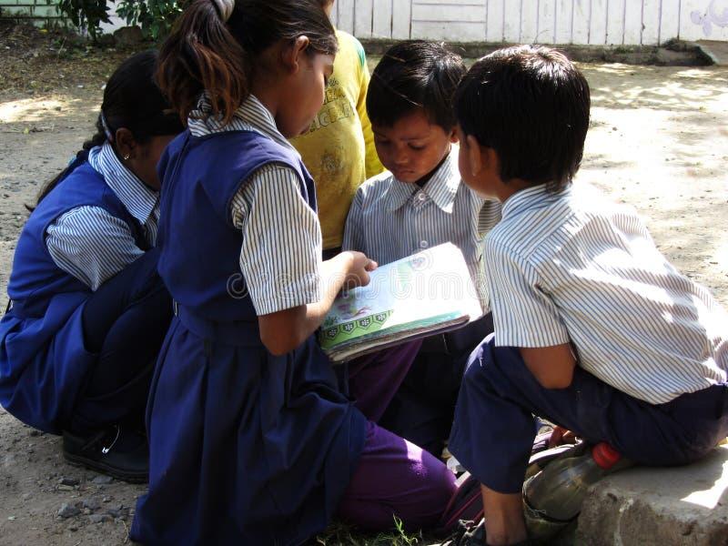 Сельские дети Индии изучая в улице стоковые фотографии rf