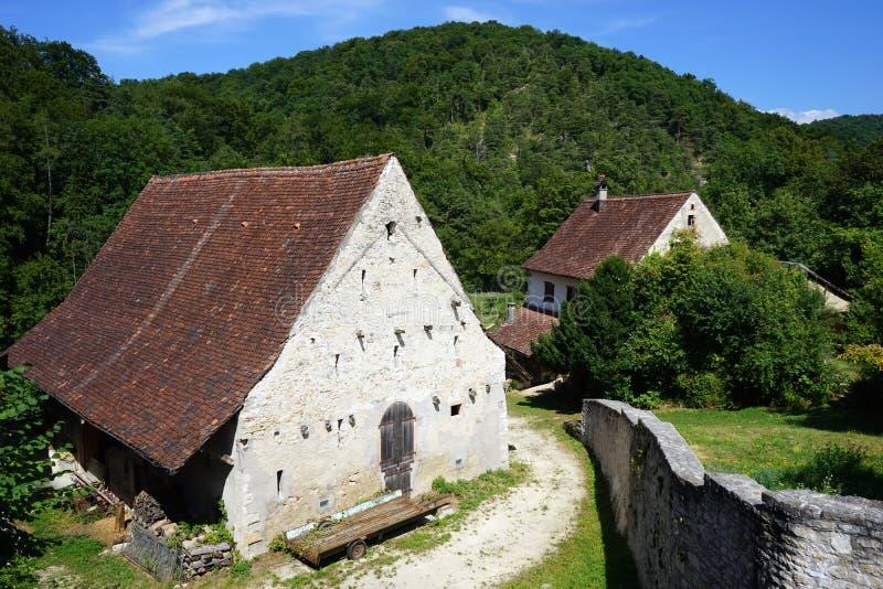 Сельские дома и стена стоковое изображение rf