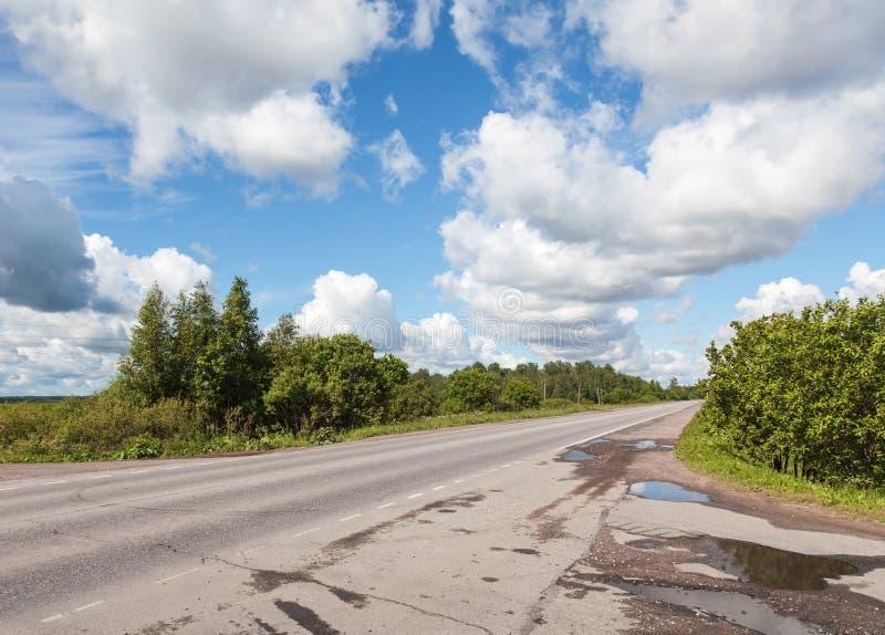 Download Сельские дорога и облака асфальта на голубом небе Стоковое Фото - изображение насчитывающей лето, свобода: 41657336