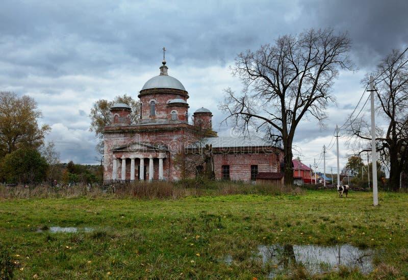 Сельский ландшафт с старой церковью стоковое изображение