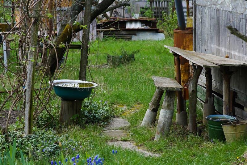 Сельский двор в предыдущей весне стоковая фотография rf
