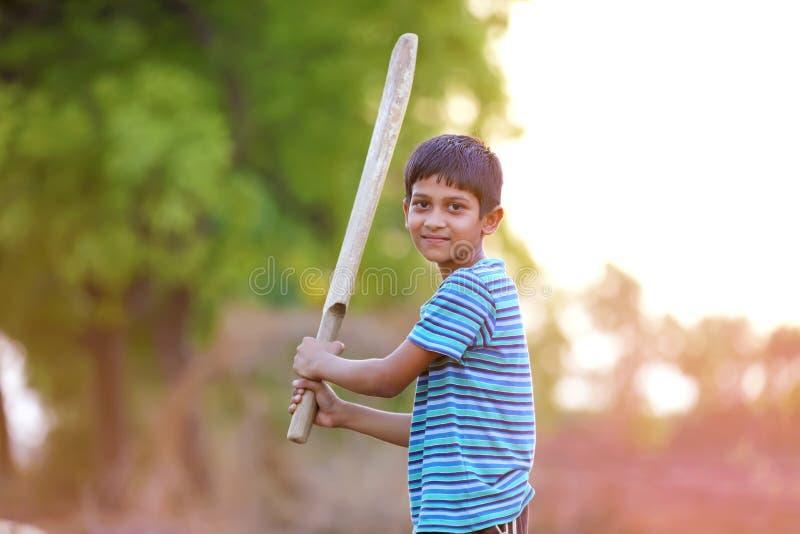 Сельский индийский ребенок играя сверчка стоковая фотография rf