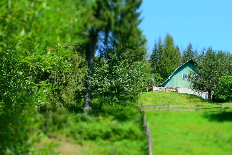 Сельский дом на холме стоковые изображения rf