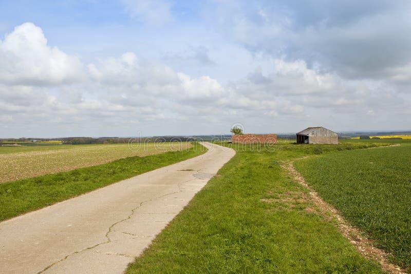 Сельскохозяйственные строительства вершины холма стоковое фото