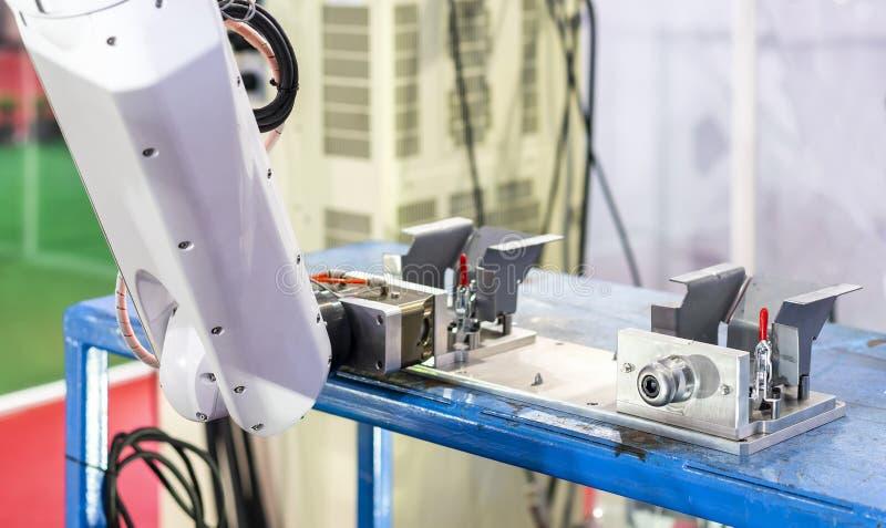 Сжатие робота высокой технологии и точности с автоматическими быстрыми струбциной или цыпленком замка для части работы продукта з стоковое изображение rf