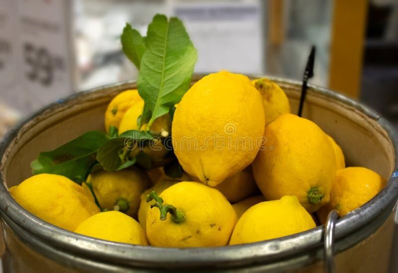 Сжатые свежие красочные лимоны в корзине стоковое фото