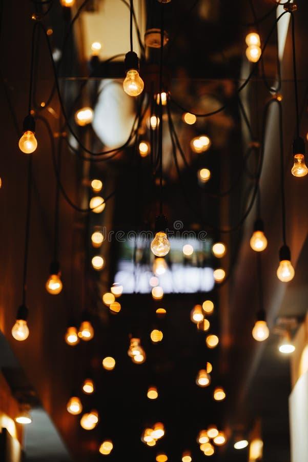 Сжигающая лампа слабо светится на заднем плане стоковая фотография