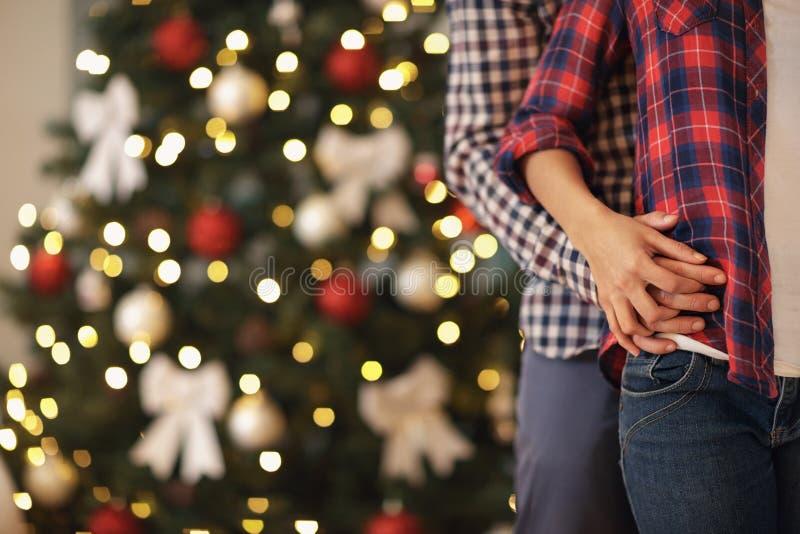 Сжиманные руки пар влюбленности для рождества, концепции стоковая фотография rf