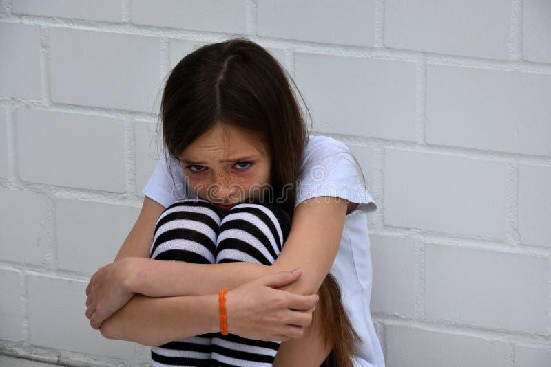 Сжимаясь девушка стоковая фотография rf