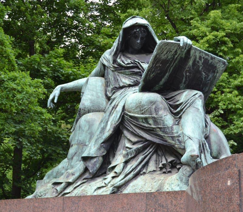 Сивилла читая книгу истории, мемориал Bismarck стоковые изображения