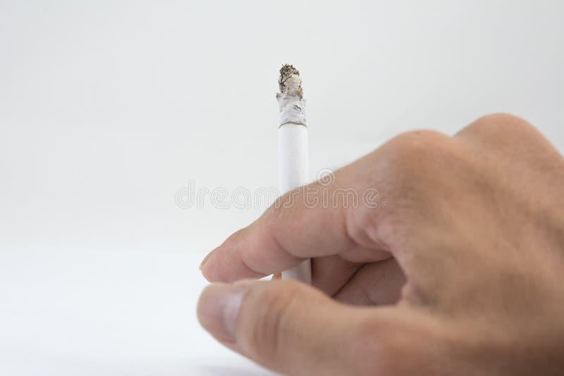 Сигарета в руке стоковая фотография