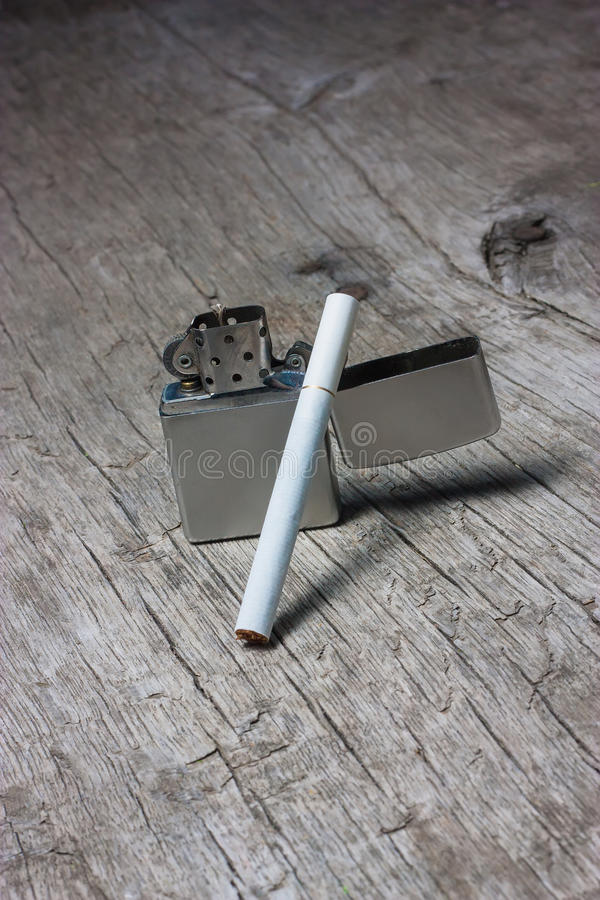 Сигарета с лихтером стоковое фото rf