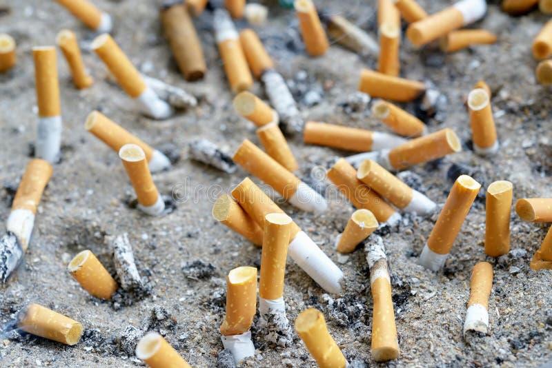 Сигареты в ashtray outdoors стоковые изображения rf
