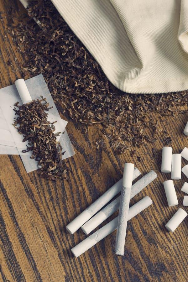 Сигареты завальцовки стоковые изображения