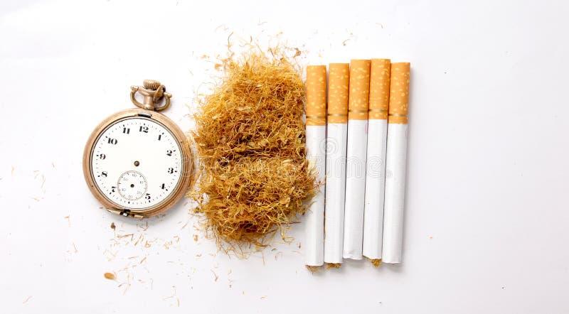 сигареты и табак в белой предпосылке, концепция наркомании стоковое изображение rf