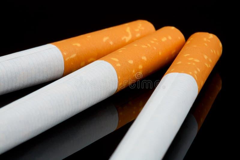Сигареты на черной съемке студии стоковые фотографии rf