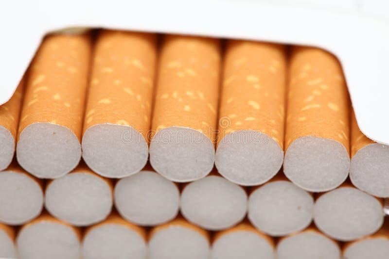 сигареты раскрывают пакет стоковые фотографии rf
