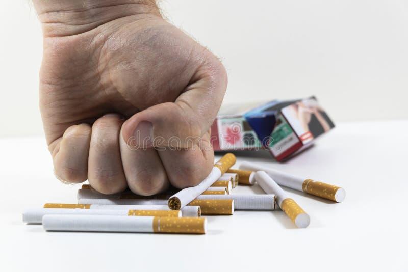 Сигареты руки ломая близко вверх стоковое фото