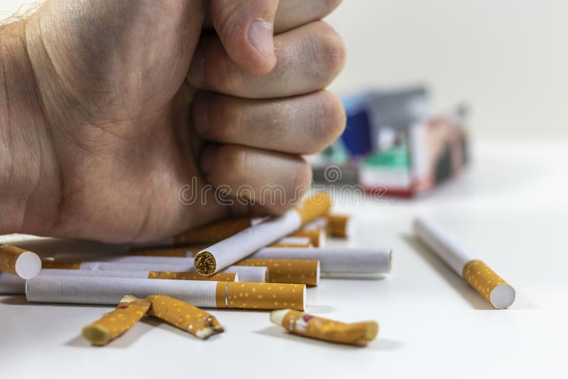 Сигареты руки ломая близко вверх стоковая фотография rf