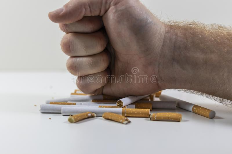 Сигареты руки ломая близко вверх стоковые фотографии rf