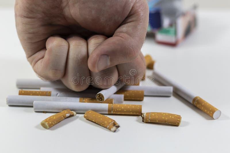 Сигареты руки ломая близко вверх стоковые фото