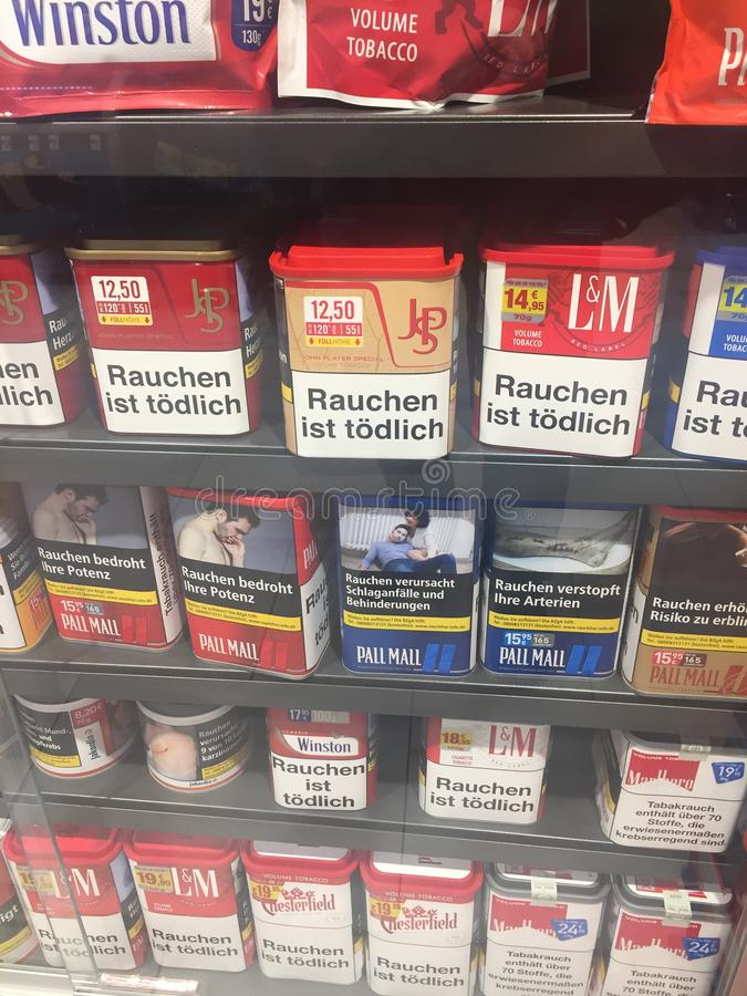Сигареты с упаковывая предупредительными сообщениями стоковые изображения