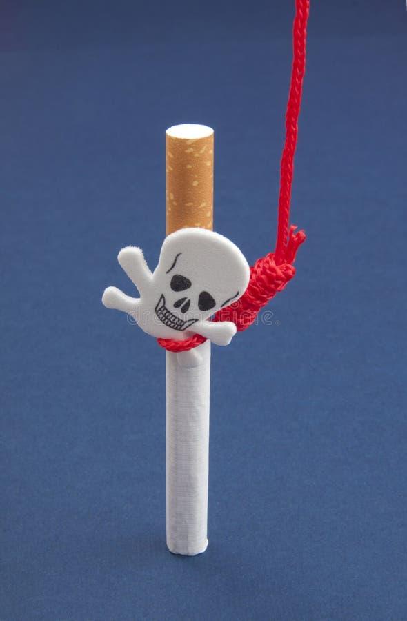 Сигареты с scull и вися веревочкой стоковое фото