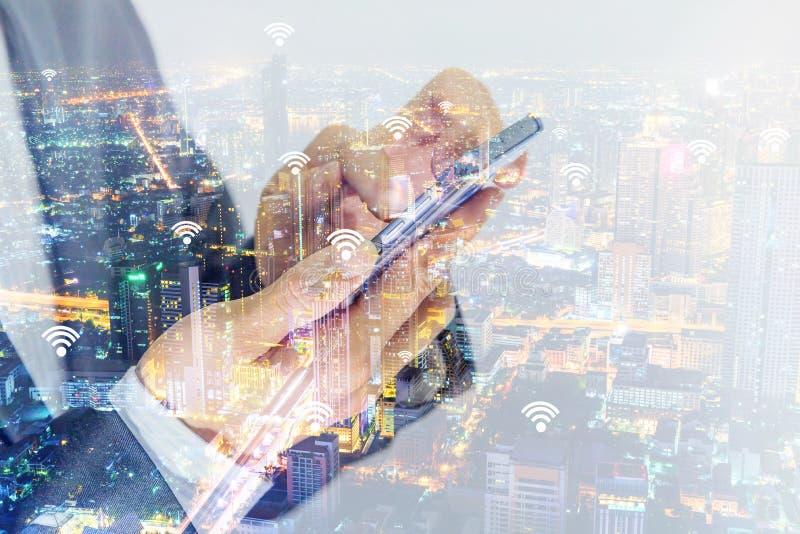 сигналы wifi и точки подхода и смартфон пользы бизнесмена для соединить его стоковые фотографии rf