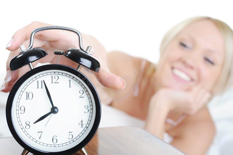 Download сигнал тревоги с сонной женщины поворотов Стоковое Фото - изображение насчитывающей нажатие, будя: 18383648