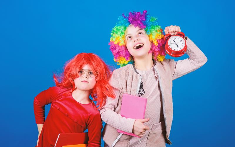 Сигнал тревоги школы Беспокойство девушки о времени Концепция дисциплины и времени Школьное образование цирка Время иметь потеху  стоковое фото rf
