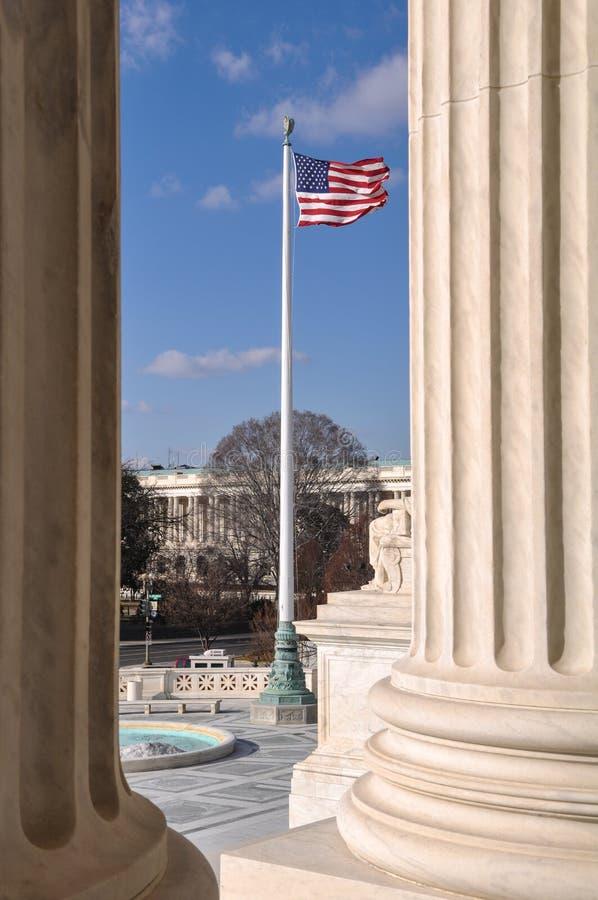 Сигнализируйте летание между 2 штендерами Верховного Суда стоковые фотографии rf