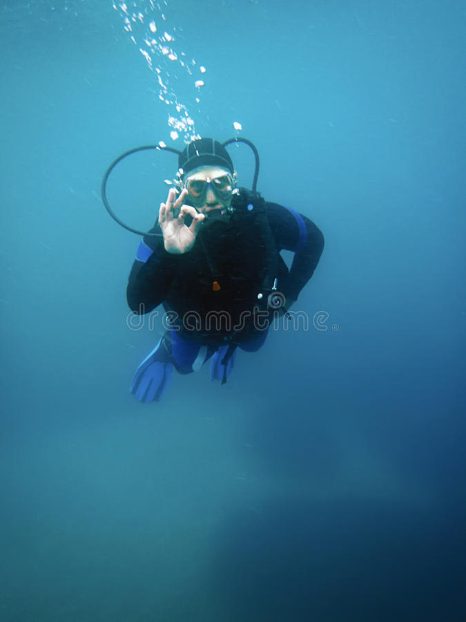 Сигнал о'кей показа водолаза акваланга подводный стоковое изображение