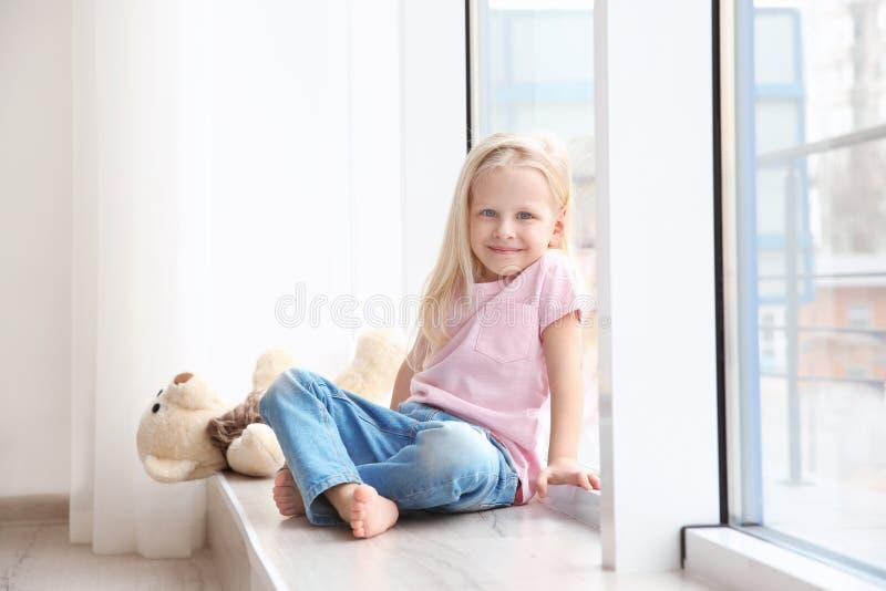 сидеть девушки малый стоковое фото rf