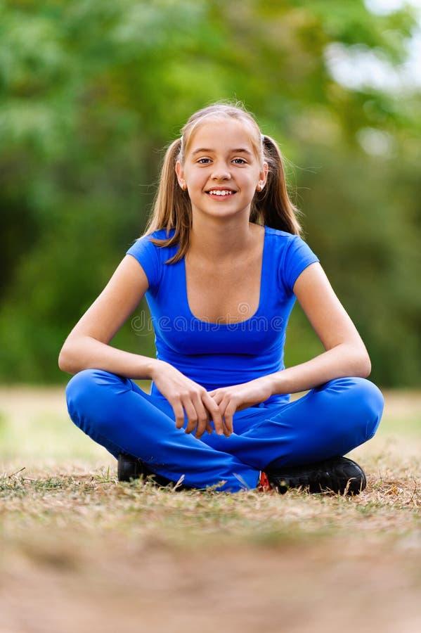сидеть лотоса девушки подростковый стоковое фото rf