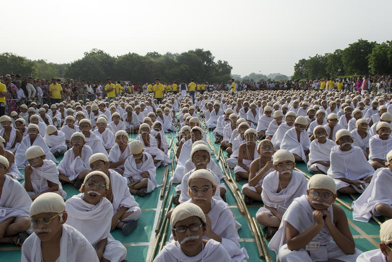 Сидеть маленьких ребеят одетый вверх как Ганди для мирового рекорда стоковые фото