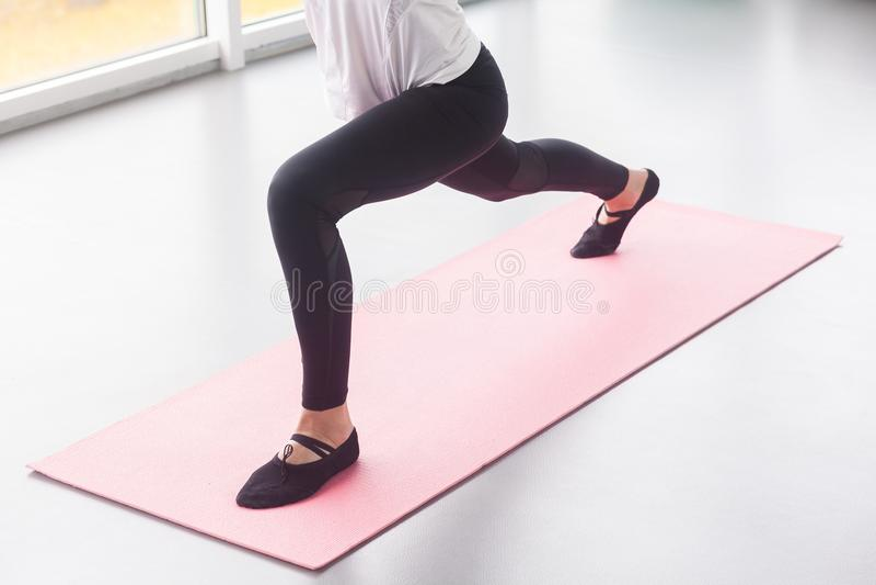 Сидеть-поднимает, фитнес, концепция спорта Закройте вверх по ногам, взгляду сверху стоковые фото