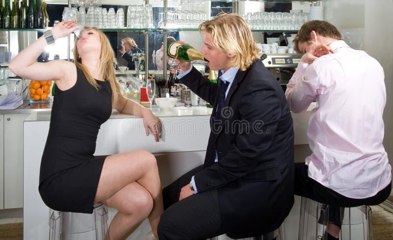 сидеть шампанского штанги выпивая стоковые изображения rf