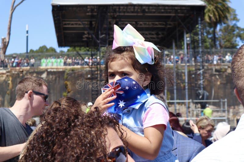 Сидней, Австралия 16/10/2018 - маленькая девочка ожидает мимолётного взгляда принца Гарри и Meghan Markle, оперного театра Сиднея стоковое изображение